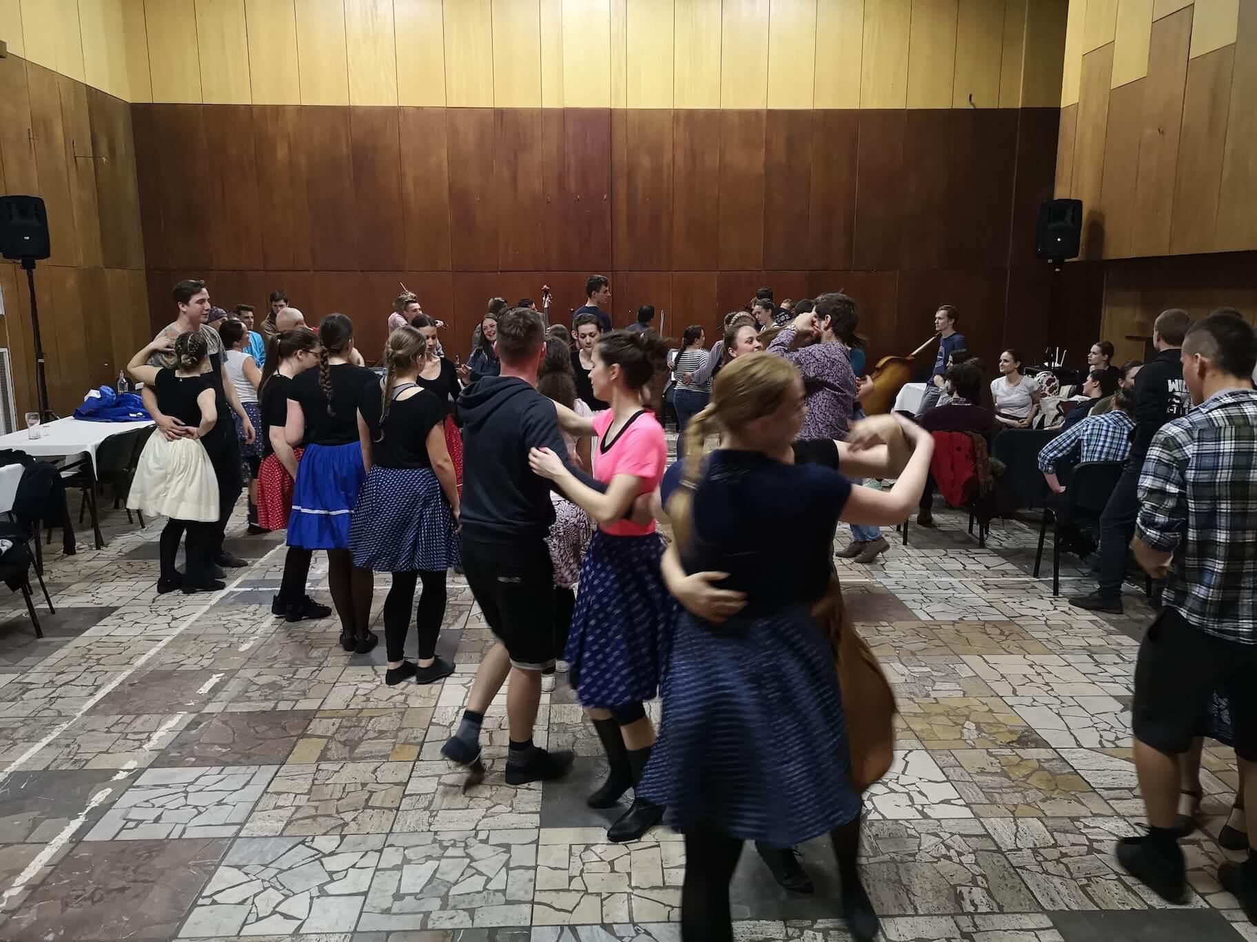 Tanečný tréning vo všeučelovej hale